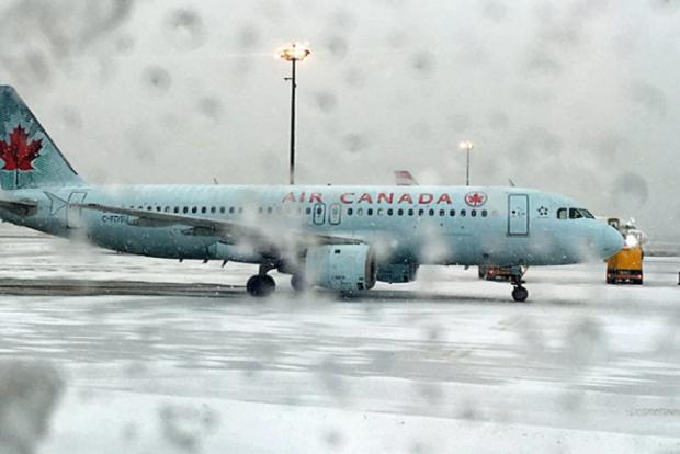 ВТоронто из-за снегопада отменили неменее 400 авиарейсов