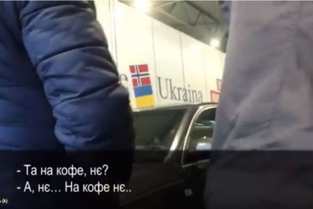 Закарпатский журналист снял, как словацкие таможенники требуют на кофе