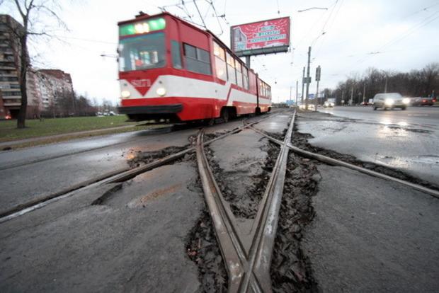 Трамвай переехал мужчину на Оболони