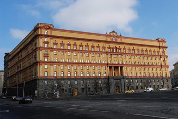 В Москве забросала куриными яйцами и файерами здание ФСБ