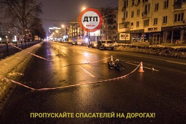 Мужчина в центре Киева 40 минут плакал и просил помощи, пока его не сбило авто