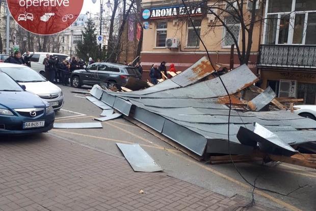 Киев накрыл ураган: сносит крыши и рвет с корнем деревья