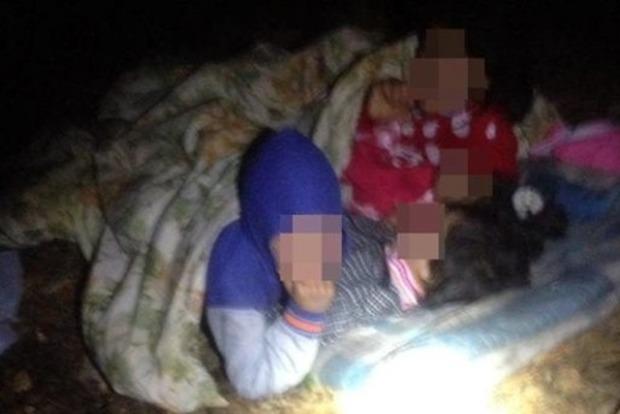 Под Львовом мать держала в лесу под открытым небом четверых детей