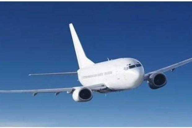 Турист выпал из самолета на взлетную полосу и умер