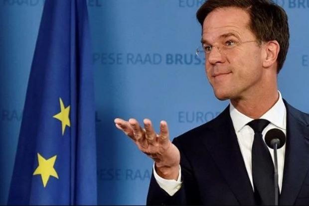 Взял швабру и вытер: Премьер-министр Нидерландов помыл полы в парламенте