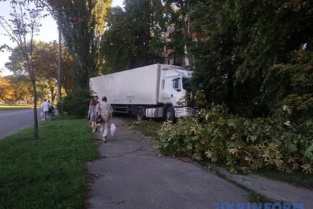 У Києві вантажівка ледь не врізалася в хрущовку