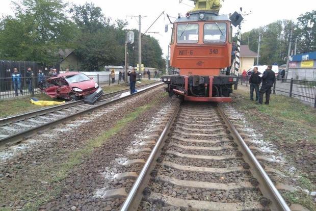 Под Киевом поезд протаранил автомобиль, есть жертвы