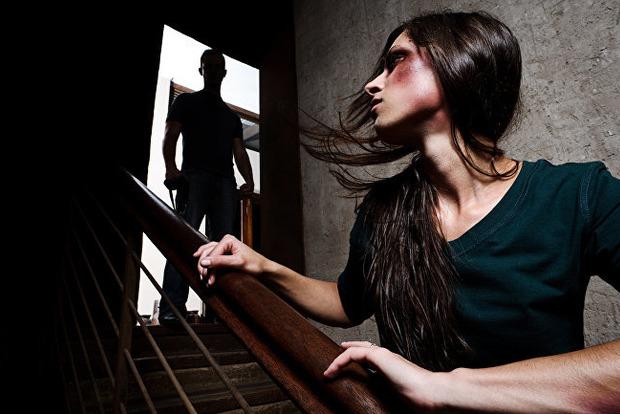 Бьет, значит останется без дома. Вступил в силу приказ о защите жертв домашнего насилия