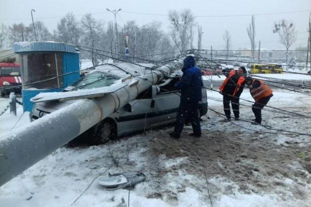 В Виннице электроопора раздавила легковой автомобиль, водитель выжил