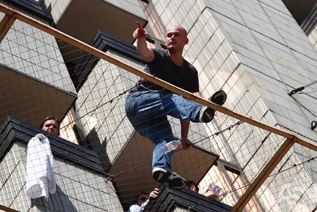 Появились подробности о мужчине, который угрожает прыгнуть с отеля в Киеве