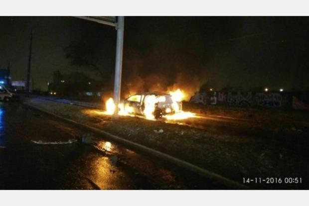 В Харькове иномарка влетела в столб и загорелась: есть жертвы