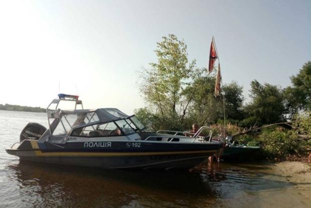 В Кременчуге плавает лодка с российским и советским флагами