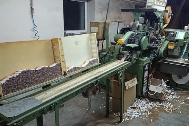 Украинцы работали на подпольной сигаретной фабрике в Испании