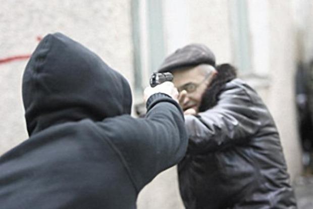 В Киеве мужчина начал стрелять из травмата, чтобы напугать коммунальщиков