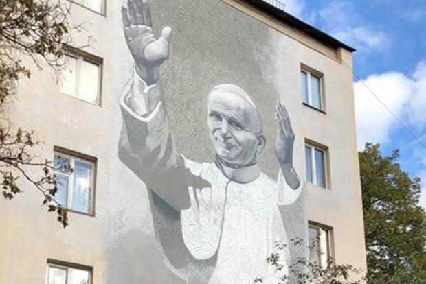 Несмотря на вандалов. В Киеве открыт мурал с изображением Папы Римского