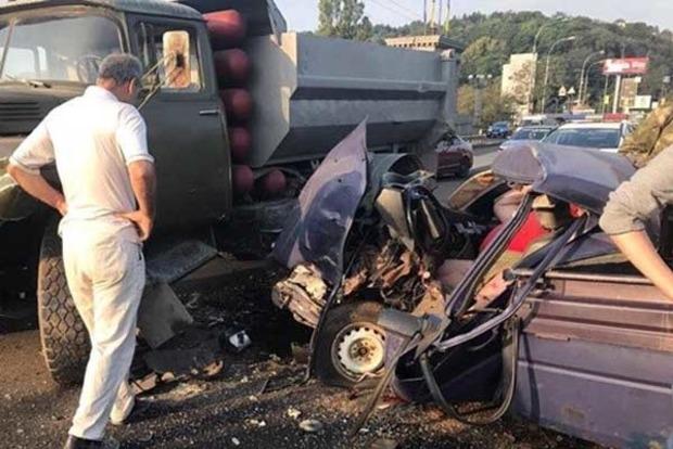 В Киеве на мосту Патона набитый оружием «Москвич» врезался в грузовик