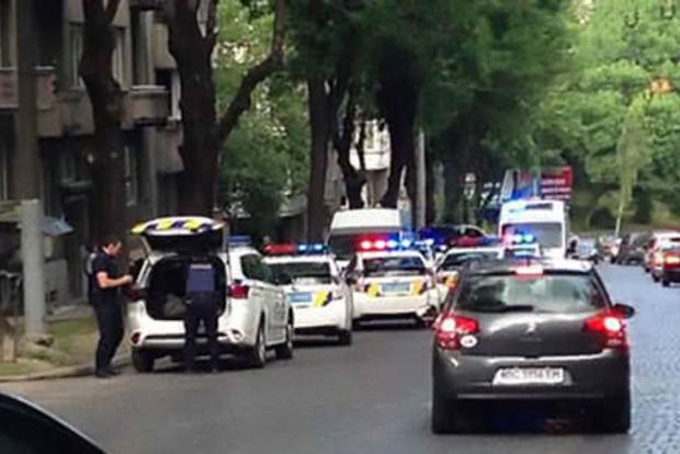 Во Львове мужчина ударил ножом патрульную полицейскую