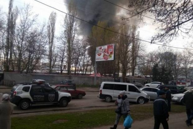 На Северном рынке в Одессе горит склад с химией