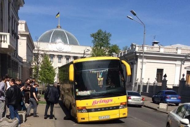 Автобус провалился под асфальт под Верховной Радой