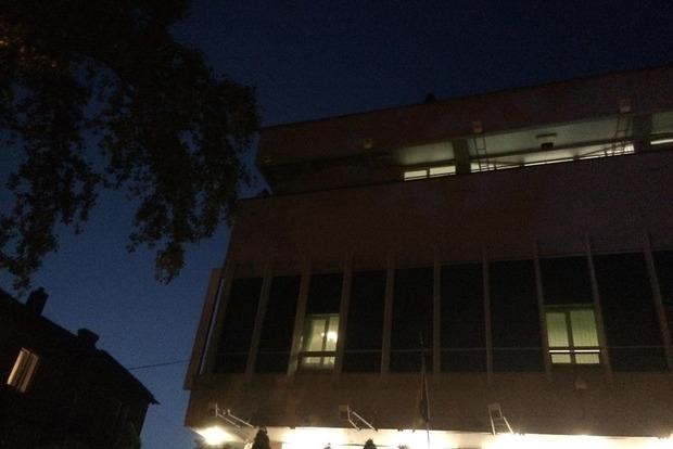 Активисты залили красной краской и заклеили листовками офис телеканала Интер. Фото