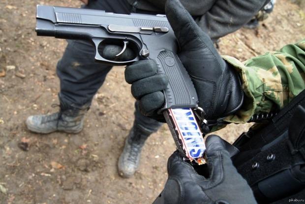 В России мужчина ограбил пять магазинов, угрожая продавцам Сникерсом