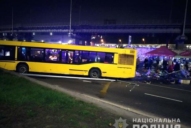 В Киеве произошло ДТП с участием автобуса, который снес палатку и столб