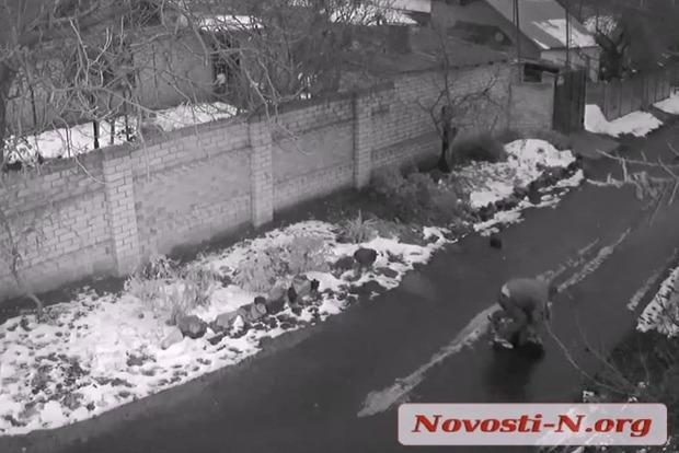 Ласковый грабитель посреди бела дня душил девушку на дороге