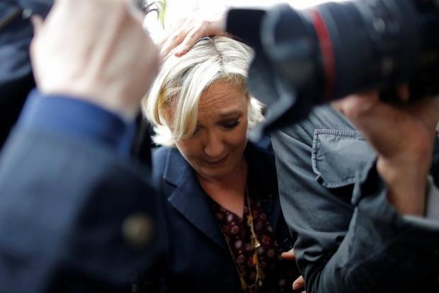Марин Ле Пен во Франции закидали яйцами
