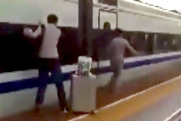 Скоростной поезд в Китае протащил по перрону мужчину, рука которого застряла в дверях