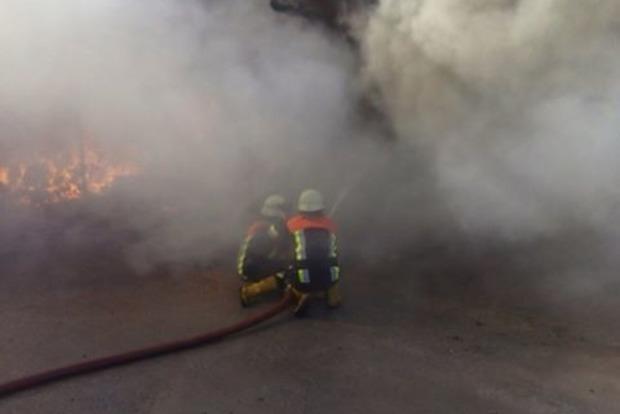 Пожарным удалось локализовать пожар на суконной фабрике в Березани. Появились фото