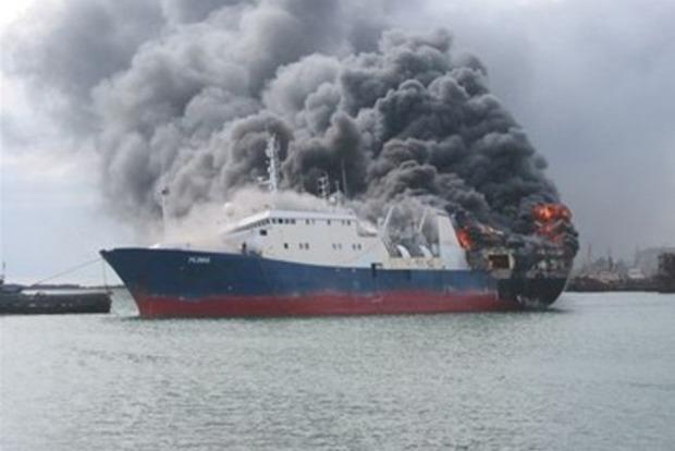 Два вертолета и пять кораблей тушат горящий российский танкер