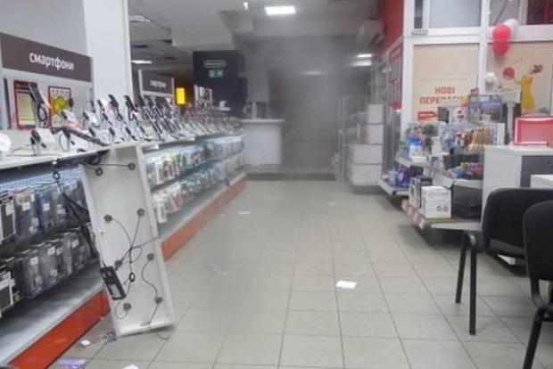 В Киеве неизвестные за 5 минут украли из магазина 50 смартфонов