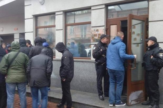 Активисты заблокировали здание Россотрудничества в Киеве