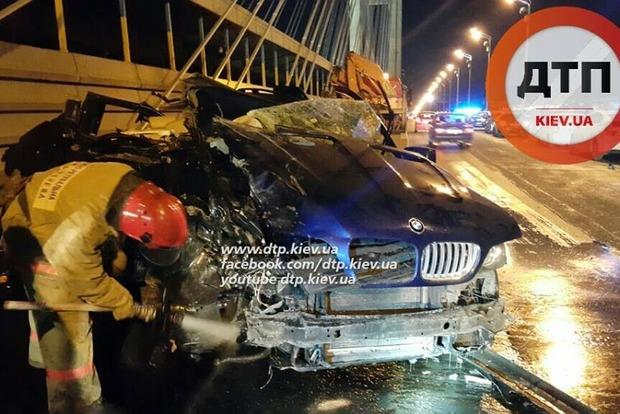 В Киеве водитель BMW на полном ходу влетел в грузовик, есть погибшие