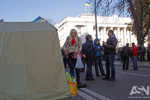 В палаточном городке возле Рады находится около 60 человек вместе с Саакашвили