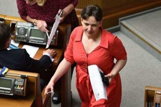Надежда Савченко сменила платье и туфли на красный халат и поразила парламент