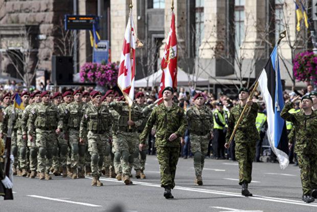 Военные стран НАТО участвовали в параде в Киеве: в Украине радуются, а в России приуныли