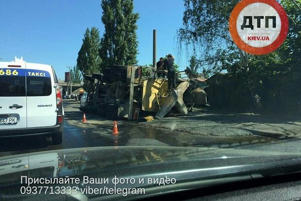 В Киеве в результате ДТП перевернулся цементовоз