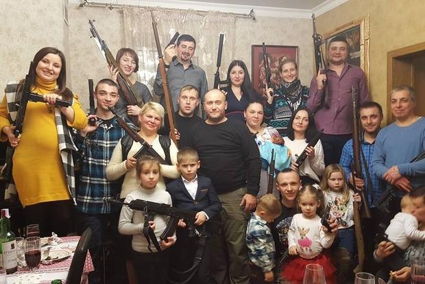 Вооруженная до зубов семья Яроша крестила внука