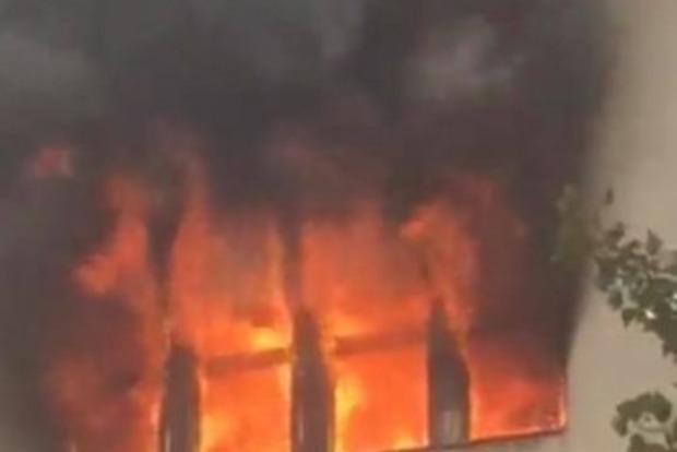В Ужгороді палає будівля пологового будинку