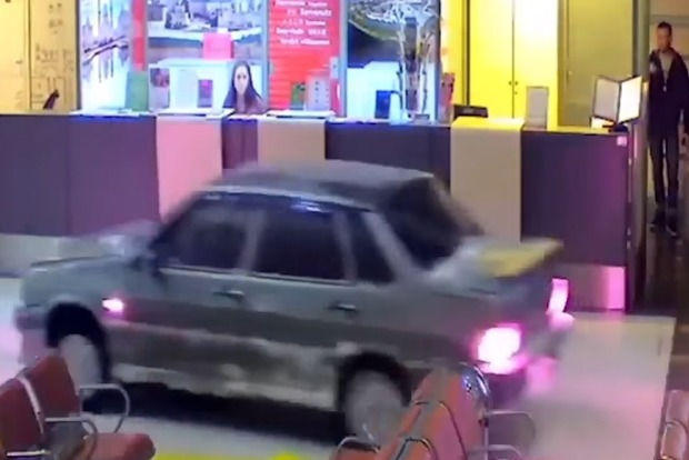 Пьяный лихач на авто разгромил аэропорт Казани