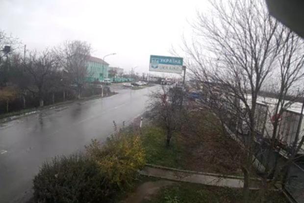 Одни пограничные переходы на Закарпатье на выезд опустели, а другие - заблокированы евробляхами (фото)