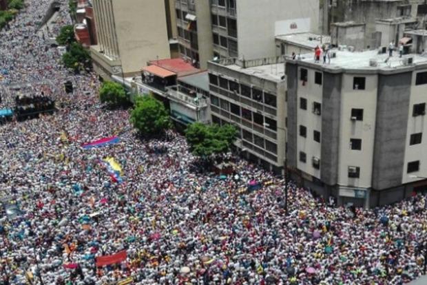 В Венесуэле 14 студентов пострадали во время разгона мирной акции протеста