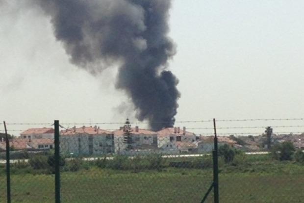 Возле супермаркета под Лиссабоном разбился самолет, есть погибшие