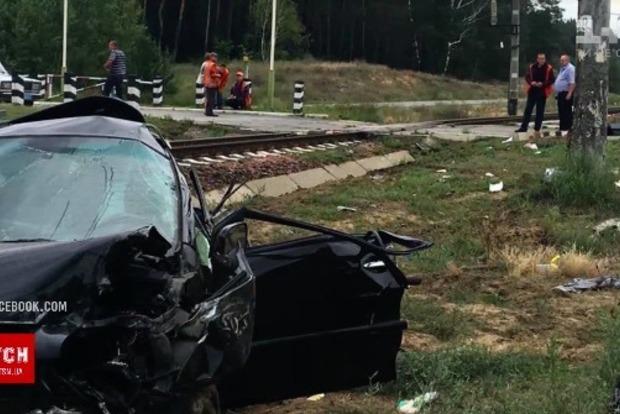 НаКиевщине поезд врезался в Лексус - авто превратилось вметаллолом