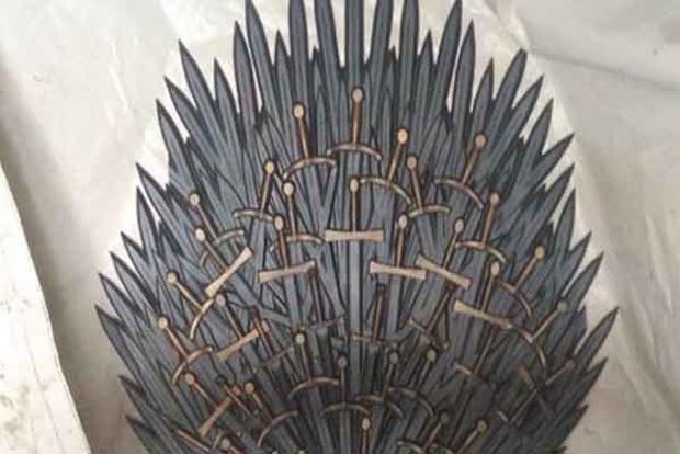 У наметовому містечку біля Ради знайдений «трон Саакашвілі»
