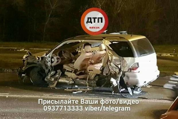 ВКиеве эвакуатор вдребезги разбил Mercedes: страшные фото