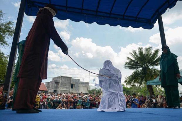 В Индонезии публично выпороли любовников