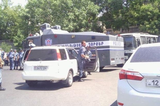 В Ереване захвачен полицейский участок, есть убитые и раненые