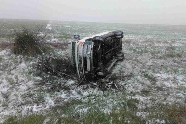 Из-за снегопада в Одесской области перевернулись 2 автобуса